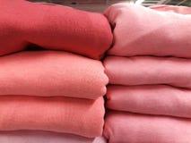 Πώληση των θερμών χειμερινών ενδυμάτων στο κατάστημα Στοκ φωτογραφίες με δικαίωμα ελεύθερης χρήσης