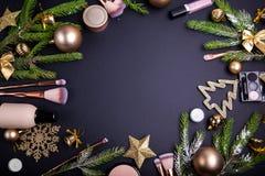 Πώληση Χριστουγέννων των καλλυντικών και των βουρτσών Σύνολο καλλυντικών με τη διακόσμηση Χριστουγέννων στο μαύρο υπόβαθρο Στοκ εικόνες με δικαίωμα ελεύθερης χρήσης