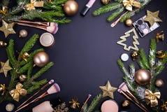Πώληση Χριστουγέννων των καλλυντικών και των βουρτσών Σύνολο καλλυντικών με τη διακόσμηση Χριστουγέννων στο μαύρο υπόβαθρο Στοκ Εικόνες