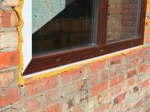 Πώς να εγκαταστήσει ένα παράθυρο PVS Κλείστε επάνω στην πλαστική εγκατάσταση παραθύρων στοκ εικόνες
