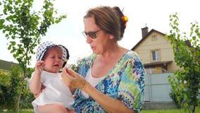 Πώς να ηρεμήσει κάτω το μωρό Κακές συγκινήσεις Φωνάζοντας υπόβαθρο μικρών παιδιών απόθεμα βίντεο