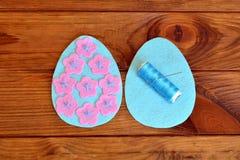 Πώς να κάνει ένα αισθητό αυγό Πάσχας Ράβοντας καθορισμένα αισθητά Πάσχα αυγά Αισθητές λεπτομέρειες του αυγού, νήμα, βελόνα σε ένα Στοκ Φωτογραφίες
