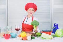 Πώς να μαγειρεψει το μπρόκολο Ακατέργαστη διατροφή τροφίμων Αξία διατροφής μπρόκολου Γυναικών επαγγελματικό αρχιμαγείρων λαχανικό στοκ εικόνα με δικαίωμα ελεύθερης χρήσης