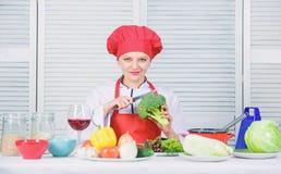 Πώς να μαγειρεψει το μπρόκολο Μπρόκολο στροφής στο αγαπημένο συστατικό Αξία διατροφής μπρόκολου Ακατέργαστη διατροφή τροφίμων r στοκ φωτογραφία με δικαίωμα ελεύθερης χρήσης