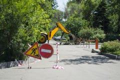 Πώς να πάρει απαγορευμένος, επισκευάζοντας τους δρόμους, που σκάβουν το τρακτέρ στοκ φωτογραφίες