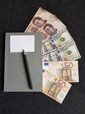 πώς να πετύχει στο εμπόριο, τα βιβλία με τα ευρο- τραπεζογραμμάτια, τους λογαριασμούς δολαρίων και μεξικάνικα πέσα Στοκ φωτογραφία με δικαίωμα ελεύθερης χρήσης