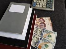 πώς να πετύχει στο εμπόριο, τα βιβλία με τους λογαριασμούς doolars και μεξικάνικα πέσα Στοκ φωτογραφίες με δικαίωμα ελεύθερης χρήσης