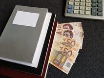 πώς να πετύχει στο εμπόριο, τον υπολογιστή, τα βιβλία με τα ευρο- τραπεζογραμμάτια και τα μεξικάνικα πέσα Στοκ εικόνα με δικαίωμα ελεύθερης χρήσης