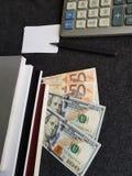 πώς να πετύχει στο εμπόριο, τον υπολογιστή, τα βιβλία με τις ευρο- σημειώσεις και τους λογαριασμούς δολαρίων Στοκ Εικόνα