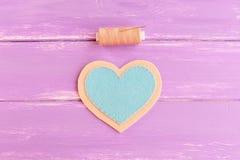 Πώς να ράψει ένα αισθητό ντεκόρ καρδιών βήμα Ενώστε το μπλε και αισθητά τα μπεζ κομμάτια χρησιμοποιώντας το μπεζ νήμα Ράβοντας εξ Στοκ φωτογραφία με δικαίωμα ελεύθερης χρήσης