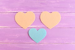 Πώς να ράψει ένα αισθητό ντεκόρ καρδιών βήμα Το μπλε και το μπεζ αισθάνθηκαν τα κομμάτια που κόπηκαν με μορφή μιας καρδιάς Σύνολο Στοκ Εικόνες
