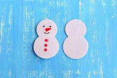 Πώς να ράψει μια διακόσμηση χιονανθρώπων Χριστουγέννων βήμα Σε μια πλευρά που κεντιέται με τα μαύρα μάτια νημάτων και το στόμα, κ Στοκ Φωτογραφία