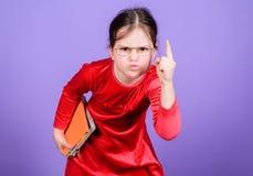 Πώς τολμήστε εσείς Εκπαίδευση και λογοτεχνία παιδιών Αγαπημένο παραμύθι Λατρευτά βιβλία αγάπης κοριτσιών Κορίτσι παιδιών με το βι στοκ φωτογραφίες