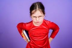 Πώς τολμήστε εσείς Εκπαίδευση και λογοτεχνία παιδιών Λατρευτά βιβλία αγάπης κοριτσιών Κορίτσι παιδιών με το βιβλίο ή το σημειωματ στοκ εικόνες με δικαίωμα ελεύθερης χρήσης