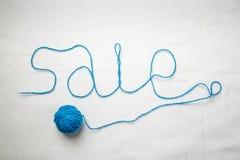 Πώληση λέξης που γράφεται από τα νήματα νημάτων που κουλουριάζονται στη σφαίρα Στοκ εικόνα με δικαίωμα ελεύθερης χρήσης