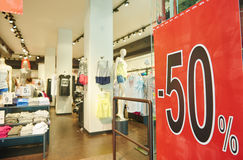 Πώληση αγορών εποχιακή μισή έκπτωση τιμών στα ενδύματα Στοκ φωτογραφία με δικαίωμα ελεύθερης χρήσης