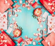 Πώληση θερινής συμφωνίας Κόκκινες τσάντες αγορών εγγράφου με τα κόκκινα λουλούδια στο μπλε τυρκουάζ shabby κομψό υπόβαθρο, τοπ άπ Στοκ Φωτογραφίες