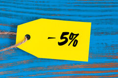 Πώληση μείον 5 τοις εκατό Μεγάλες πωλήσεις πέντε percents στο μπλε ξύλινο υπόβαθρο για το ιπτάμενο, αφίσα, αγορές, σημάδι, έκπτωσ Στοκ φωτογραφίες με δικαίωμα ελεύθερης χρήσης