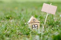 Πώληση του οικολογικού σπιτιού σε μια συμπαθητική περιοχή Στοκ εικόνα με δικαίωμα ελεύθερης χρήσης