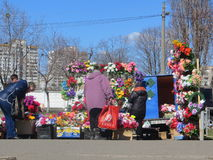 Πώληση των τεχνητών λουλουδιών στοκ φωτογραφίες