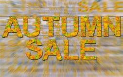 Πώληση φθινοπώρου φιαγμένη από ζωηρόχρωμα φύλλα που απομονώνονται σε ακτινωτό που θολώνεται Στοκ εικόνα με δικαίωμα ελεύθερης χρήσης