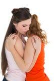 Πλάγια όψη ενός νέου θηλυκού που αγκαλιάζει το φίλο της Στοκ Εικόνες
