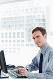 Πλάγια όψη ενός σοβαρού εργαζομένου γραφείων που χρησιμοποιεί ένα όργανο ελέγχου Στοκ φωτογραφίες με δικαίωμα ελεύθερης χρήσης