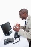 Πλάγια όψη ενός υ επιχειρηματία που χρησιμοποιεί ένα όργανο ελέγχου Στοκ εικόνες με δικαίωμα ελεύθερης χρήσης