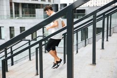Πλάγια όψη ενός φίλαθλου ατόμου αθλητών που τρέχει κάτω Στοκ Φωτογραφίες