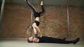 Πλάγια όψη ενός όμορφων χορεύοντας άνδρα και μιας γυναίκας φιλμ μικρού μήκους