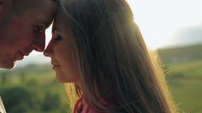 Πλάγια όψη κινηματογραφήσεων σε πρώτο πλάνο ενός ρομαντικού νέου ζεύγους απόθεμα βίντεο