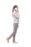 Πλάγια όψη μιας γυναίκας που περπατά με ένα κινητό τηλέφωνο πίσω ofgi άποψης Στοκ φωτογραφία με δικαίωμα ελεύθερης χρήσης