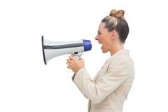 Πλάγια όψη μιας ξανθής επιχειρηματία που χρησιμοποιεί megaphone Στοκ φωτογραφία με δικαίωμα ελεύθερης χρήσης