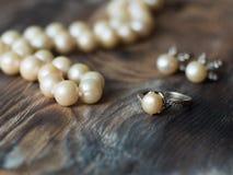 Πλάγια όψη σχετικά με το σύνολο μαργαριταριών πολυτέλειας Σκουλαρίκια μαργαριταριών και στενός επάνω δαχτυλιδιών Στοκ Εικόνα