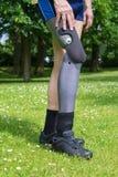 Πλάγια όψη σχετικά με το ψεύτικο πόδι του ατόμου που περπατά στη χλόη στοκ φωτογραφίες με δικαίωμα ελεύθερης χρήσης