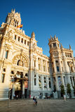 Πλάγια όψη της κυρίας είσοδος στο παλάτι Cybele στη Μαδρίτη, Ισπανία Στοκ Φωτογραφία