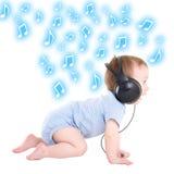 Πλάγια όψη της μουσικής ακούσματος μικρών παιδιών αγοράκι με τα ακουστικά Ov Στοκ Εικόνες