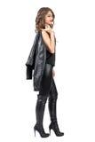 Πλάγια όψη της νέας όμορφης γυναίκας με τη σγουρή τρίχα που περπατά και σκεπτικός που κοιτάζει μακριά Στοκ εικόνα με δικαίωμα ελεύθερης χρήσης