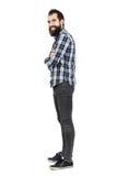 Πλάγια όψη του αστείου γέλιου hipster με να διαπερνήσει smiley στα ανώτερα χείλια που εξετάζουν τη κάμερα Στοκ εικόνες με δικαίωμα ελεύθερης χρήσης
