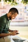 Πλάγια όψη του γενειοφόρου ατόμου που κουβεντιάζει πέρα από το τηλέφωνό του Στοκ φωτογραφίες με δικαίωμα ελεύθερης χρήσης