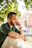 Πλάγια όψη του γενειοφόρου ατόμου που κουβεντιάζει πέρα από το τηλέφωνό του Στοκ φωτογραφία με δικαίωμα ελεύθερης χρήσης