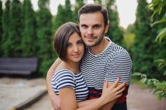 Πλάγια όψη του ζεύγους που στέκεται στο δασικό ίχνος και το αγκάλιασμα Στοκ Εικόνες