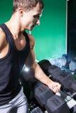 Πλάγια όψη του όμορφου bodybuilder που κρατά το βαρύ αλτήρα Στοκ Φωτογραφίες