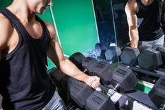 Πλάγια όψη του όμορφου bodybuilder που κρατά το βαρύ αλτήρα Στοκ εικόνα με δικαίωμα ελεύθερης χρήσης