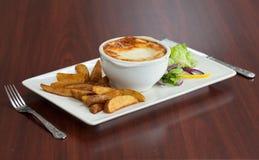 Πλάγια όψη του lasagna με τη σαλάτα και τις πατάτες Στοκ εικόνες με δικαίωμα ελεύθερης χρήσης