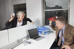 Πλάγια όψη των εύθυμων επιχειρησιακών συναδέλφων στην αρχή στοκ φωτογραφία με δικαίωμα ελεύθερης χρήσης