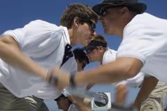 Πλάγια όψη των ναυτικών που ενεργοποιούν το βαρούλκο στο γιοτ στοκ εικόνες με δικαίωμα ελεύθερης χρήσης