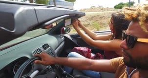 Πλάγια όψη των όμορφων μαύρων που οδηγούν τη φίλη του σε μετατρέψιμο απόθεμα βίντεο