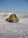 Πλέγματα σχήματος ρακέτας και σκηνή στο χιόνι στα βουνά Στοκ Εικόνες