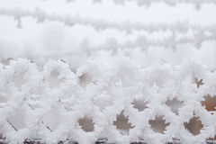 Πλέγμα με τα τετραγωνικά κύτταρα στο χιόνι Στοκ εικόνα με δικαίωμα ελεύθερης χρήσης